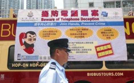 canh sat hong kong treo nhung poster canh bao nguoi dan ve nan lua dao qua dien thoai (nguon: scmp)