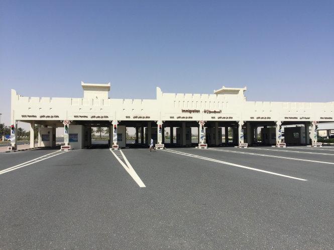 canh vang lang o cua khau bien gioi abu samra thuoc qatar huong sang saudi arabia, vao ngay 12-6 - anh: reuters