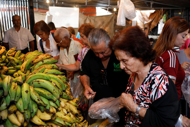 nguoi dan venezuela di cho o thanh pho caracas ngay 13-11 - anh: reuters