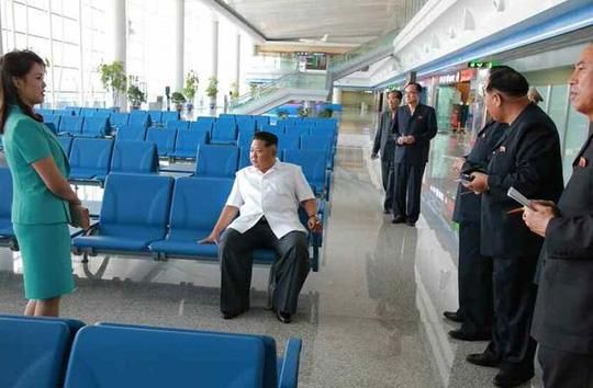 Ông Kim Jong-un thị sát sân bay quốc tế Sunan ở Bình Nhưỡng hồi tháng 6-2015. Ảnh: KCNA