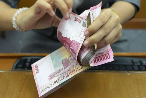 rupiah indonesia ngay cang yeu di so voi usd. anh:strait times