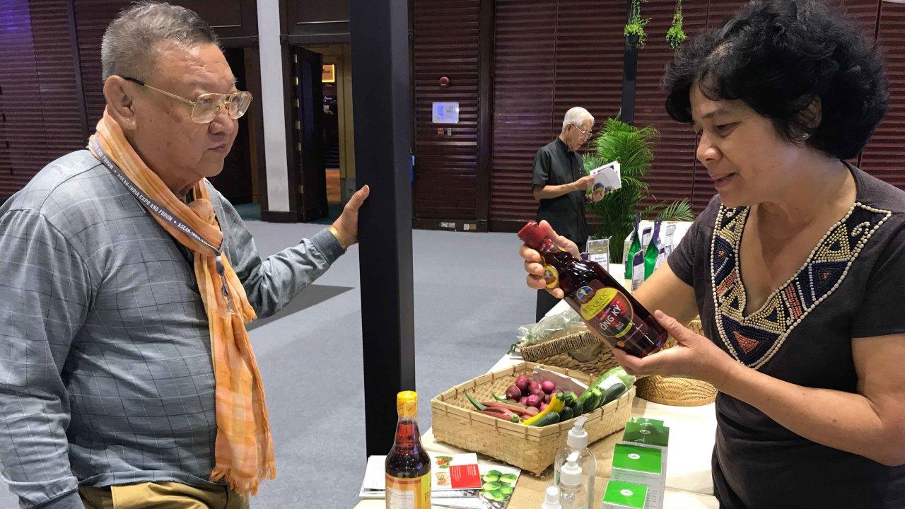 Doanh nhân Thái Lan tìm hiểu sản phẩm VN tại hội chợ - Ảnh: L.NAM
