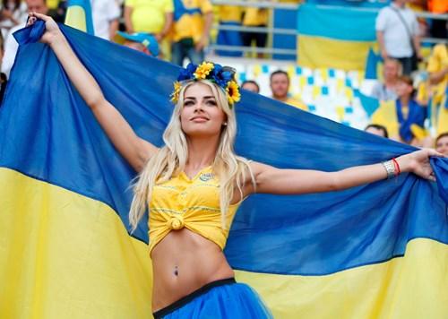 Say đắm miền gái đẹp trên khán đài EURO