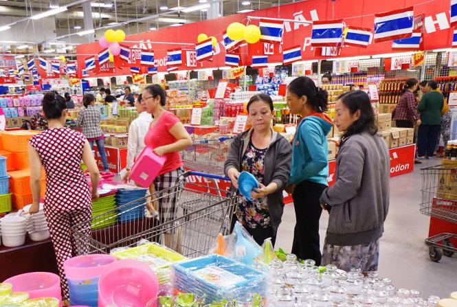 hang hoa thai lan duoc ban tai sieu thi metro an phu, q.2, tp.hcm trua 1-5 - anh: quang dinh