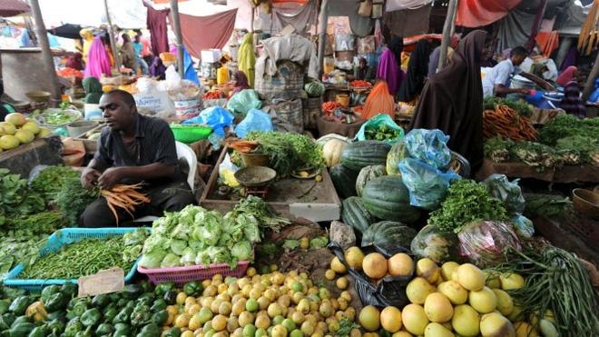 nhung nguoi buon ban nhu the nay tai cac khu cho o thu do mogadishu, somalia ngay cang thich thanh toan qua dien thoai di dong hon la tien mat - anh: reuters