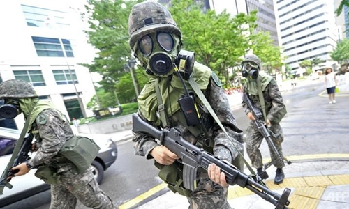 binh si han quoc tham gia dien tap chong khung bo ben le tap tran quan su chung my - han ulchi freedom guardian o thu do seoul nam 2014. anh:afp.