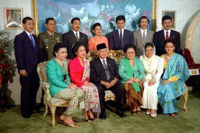 co tong thong suharto (thu ba tu trai, hang dau) chup anh cung gia dinh nam 1993 - anh: tempo