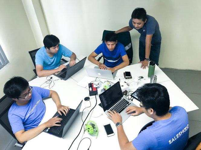 cac ky su vn dang lam viec cho startup saleshood tai chi nhanh vn - anh: duc vu
