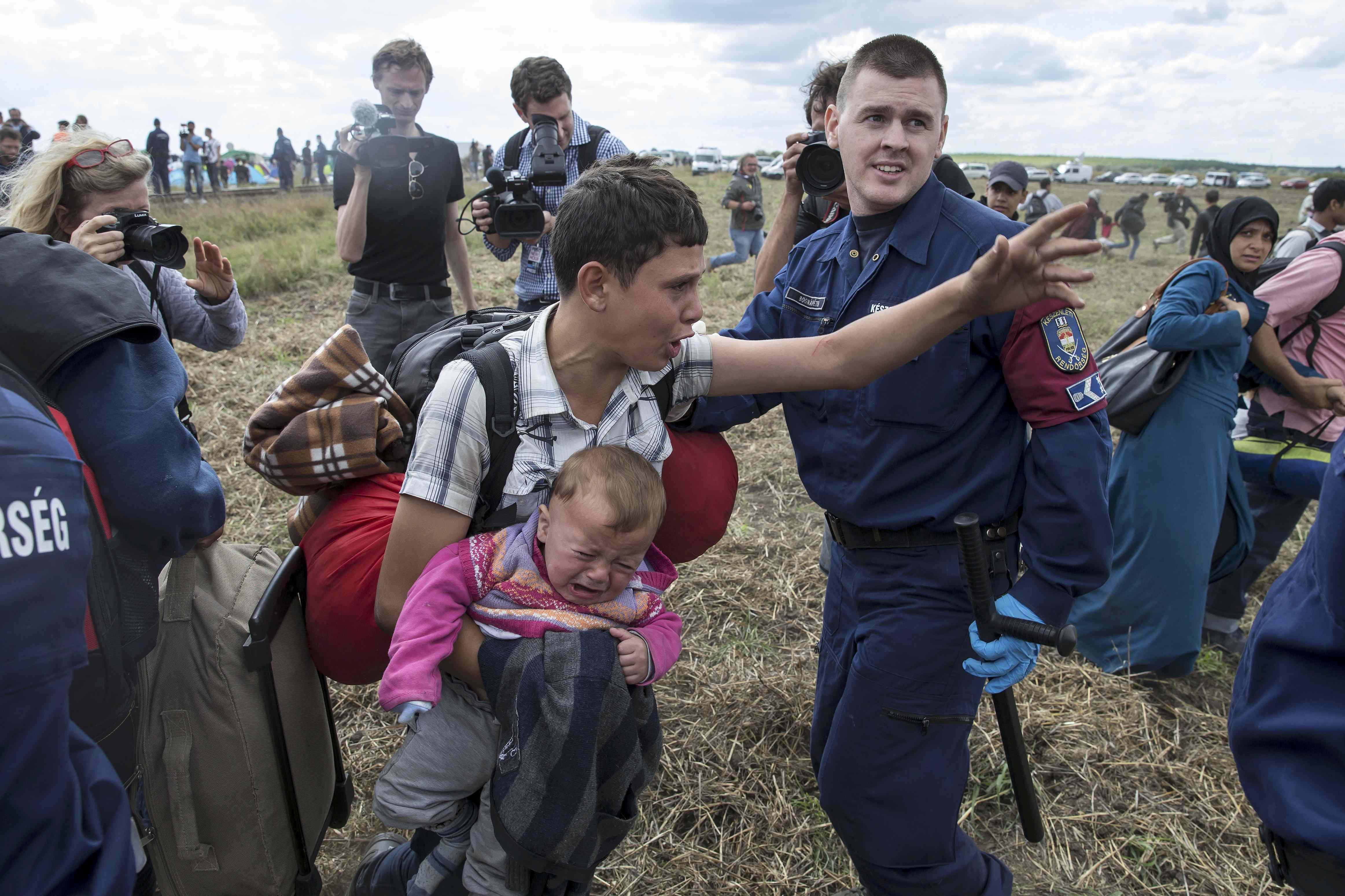 Bạo động bùng phát ở biên giới nhiều nước EU - ảnh 1