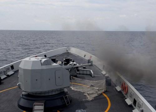 Tàu chiến Trung Quốc diễn tập bắn đạn thật - Ảnh chụp màn hình China Daily