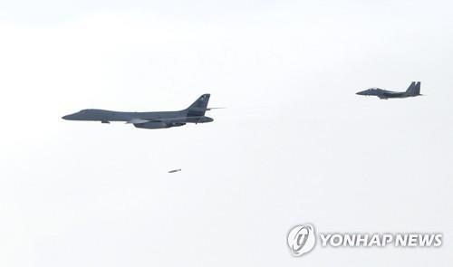 may bay nem bom b-1 lancer cua hoa ky tha qua bom gbu-56 xuong muc tieu gia dinh tai day nui pilsung o tinh gangwon gan bien gioi hai mien trieu tien ngay 8/7. anh: yonhap news.