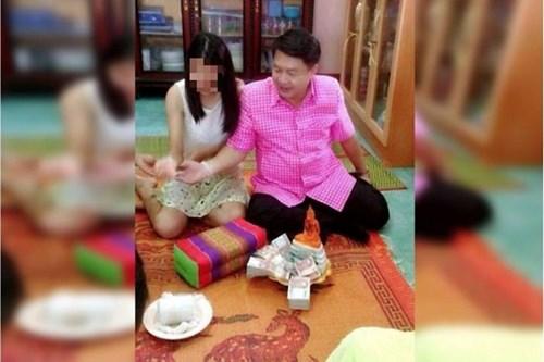 buc anh chup ong premsak cung co gai tren bao daily news cua thai lan.anh: daily news