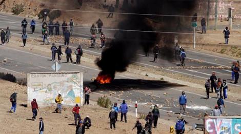 Thợ mỏ phong tỏa một tuyến đường chính trong cuộc biểu tình ngày 25-8 ở TP Panduro (Bolivia).