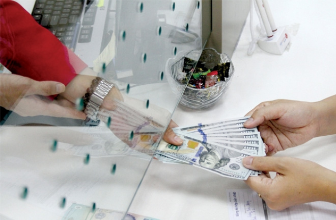 Cần quan tâm gì khi NHNN giảm lãi suất tiền gửi USD của cá nhân?