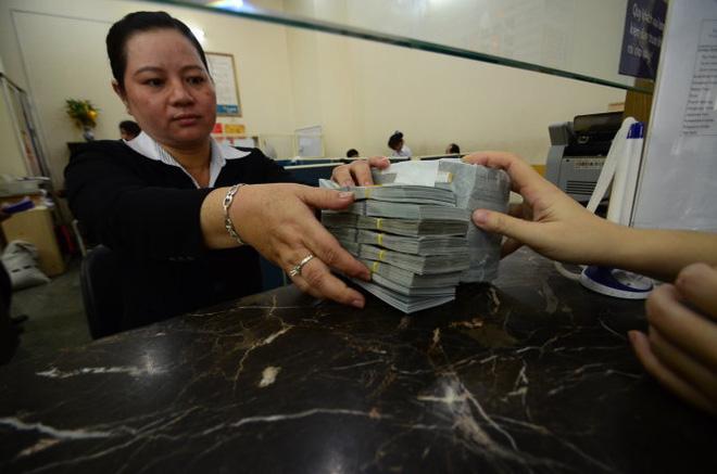 Giữ USD hay chuyển sang VND?