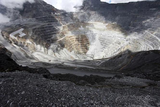 mo grasberg tai tinh papua (indonesia) anh: reuters