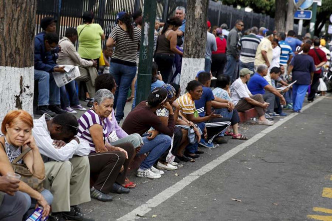 nguoi dan venezuela xep hang dai ben ngoai mot sieu thi tai thu do caracas de cho mua thuc an anh: reuters