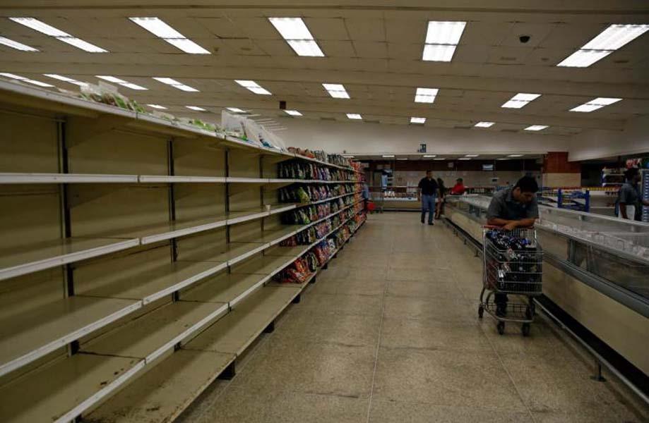 cac ke hang trong rong ben trong mot sieu thi tai thu do caracas, venezuelaanh: reuters