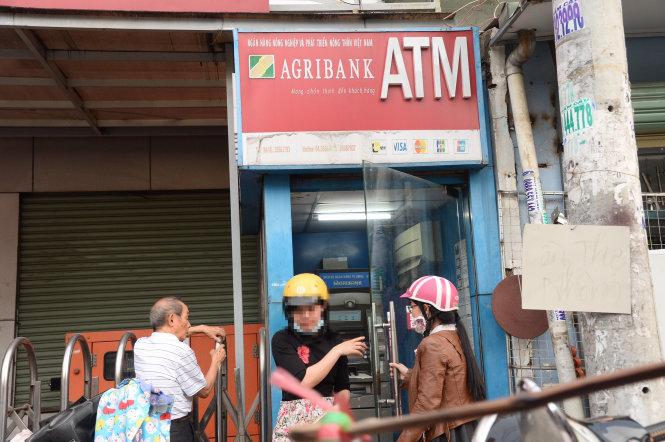 Nhiều chủ thẻ ATM bị rút sạch tiền lúc nửa đêm