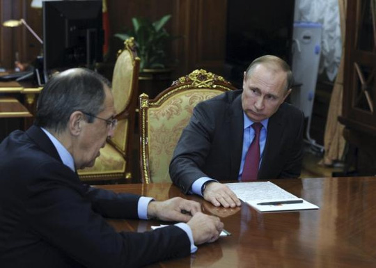 tong thong putin (phai) trong cuoc hop voi ngoai truong sergey lavrov hom 14-3. anh: reuters