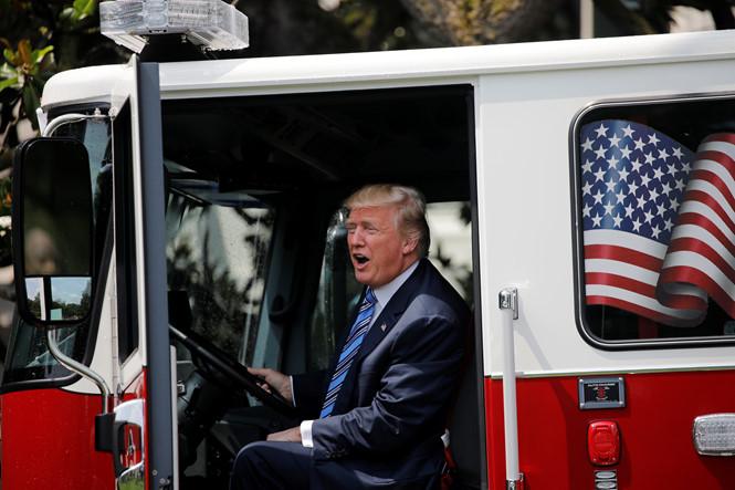 "tong thong donald trump tren chiec xe cuu hoa trong trien lam ""made in america"" reuters"