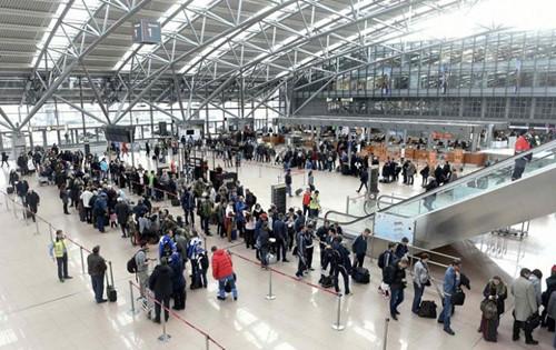 hanh khach ben trong san bay hamburg airport (duc)anh: reuters