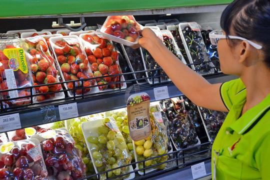 Người Việt 'mạnh tay' mua trái cây ngoại
