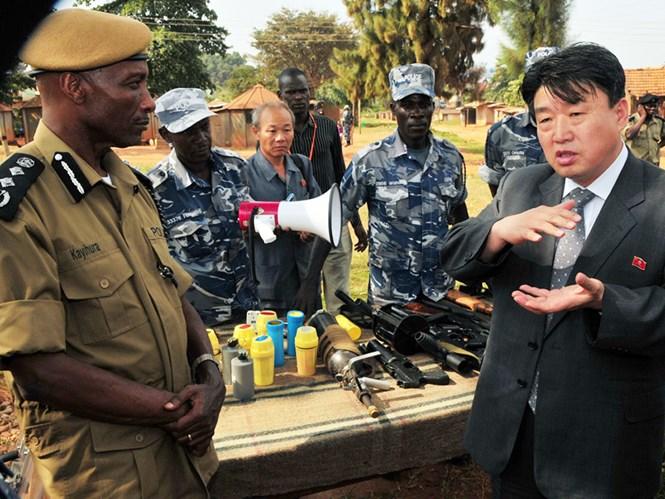thu truong an ninh nhan dan trieu tien ri song-chol (phai) trong chuyen tham uganda nam 2013 - anh: nknews.org