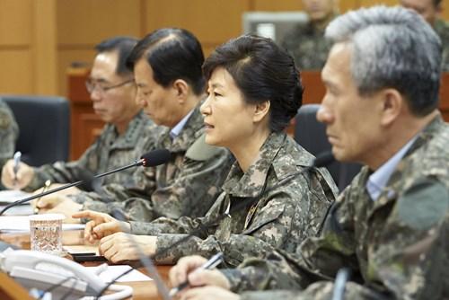 tong thong han quoc park geun-hye mac quan phuc, phat bieu nhan chuyen tham bat ngo den so chi huy quan doan 3 o tinh gyeonggi ngay 21.8 - anh: reuters