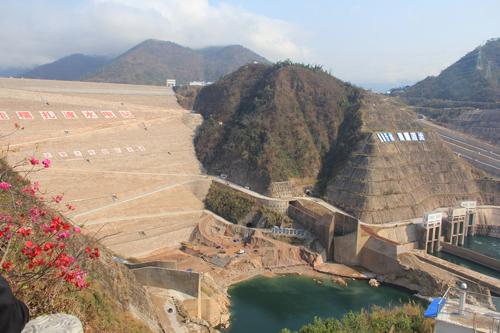 dap noa trat do cao 261,5 m, dap thuy dien lon nhat o thuong nguon song mekong. anh:flickr