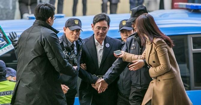 Tỷ phú Jay Y. Lee của Samsung bị kết án: Vật tế thần chính trị?