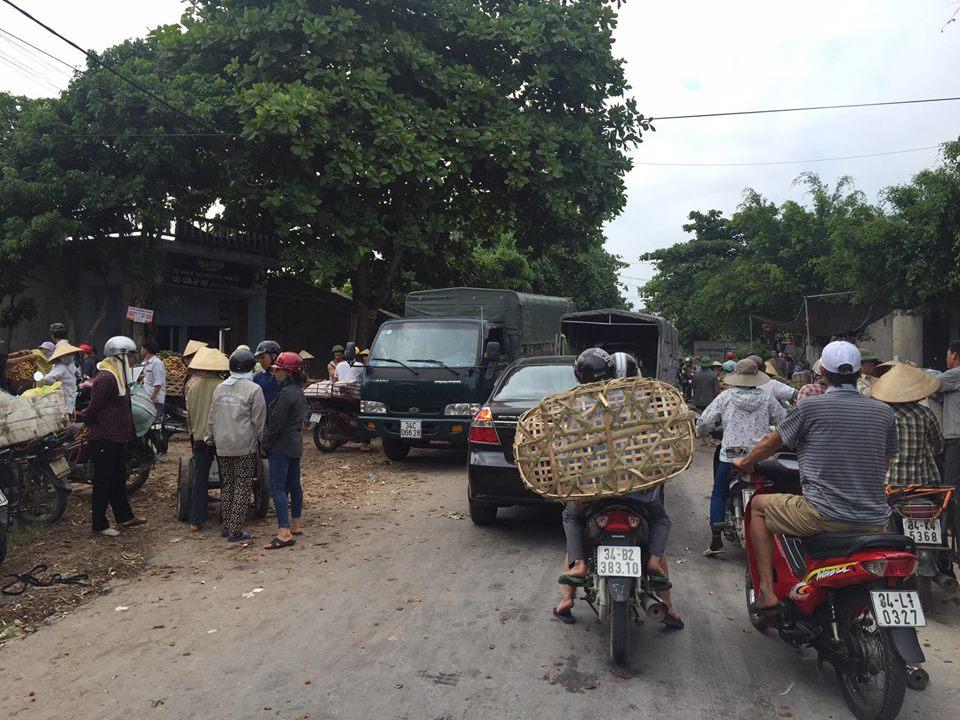 thuong lai danh xe tai di thu mua vai lam tac cuc bo duong vao xa thanh thuy (thanh ha, hai duong).