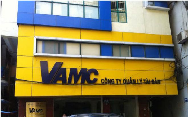 """Tranh cãi """"nảy lửa: về nợ xấu: Bán nợ cho VAMC chẳng báu bở gì!?"""
