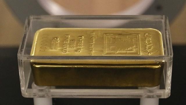 Vàng mất giá vì USD