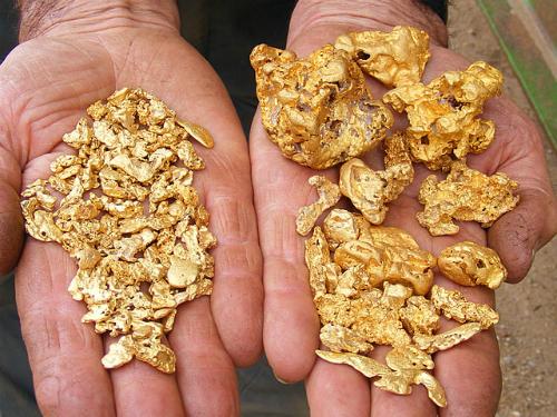 Chủ tiệm kim hoàn run tay với vàng cám