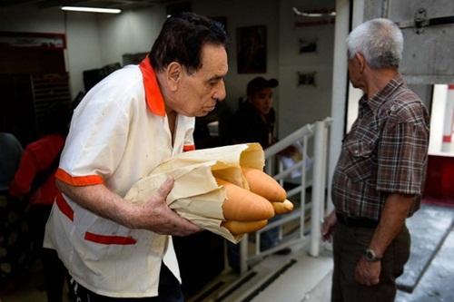 nguoi venezuela phai rat kho khan moi mua duoc nhu yeu pham. anh:afp
