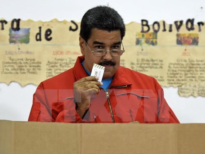 tong thong venezuela nicolas maduro bo phieu tai diem bau cu o caracas ngay 6/12. (nguon: afp/ttxvn)
