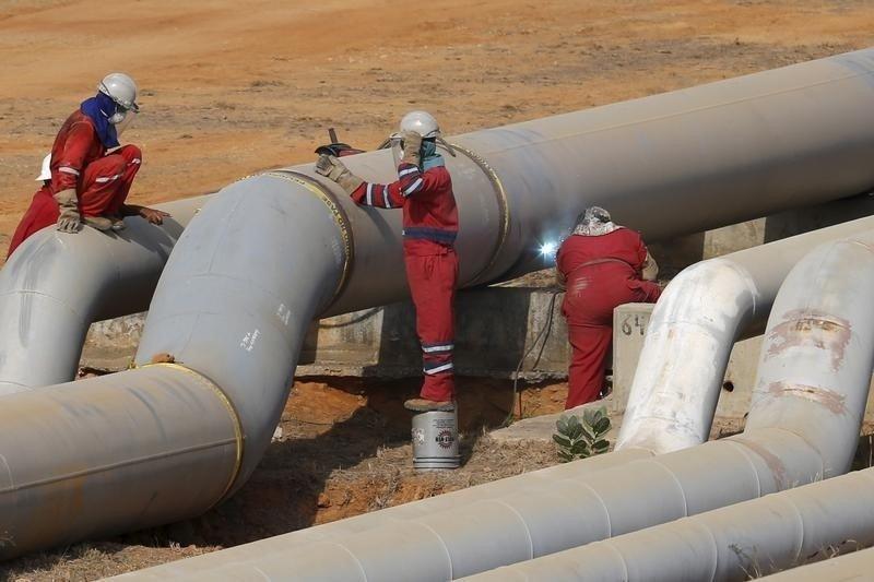 Vì sao giá dầu thô vẫn chưa ngừng lao dốc?