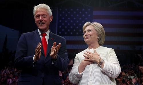 ba hillary clinton va chong ba, bill clinton, tai mot su kien o new york hom 7/6. anh:reuters