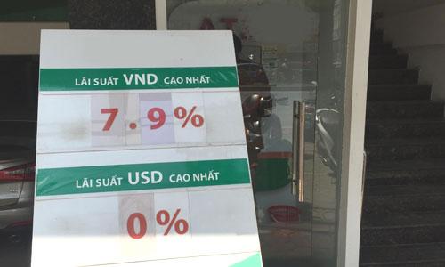 lai suat ky han dai tai nhieu ngan hang vot len gan 8% mot nam, gui online co the duoc cong them 0,1-0,2%. anh: thanh lan.