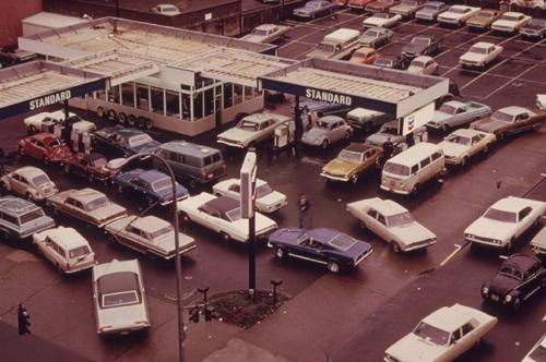 hang dai o to cho duoc bom nhien lieu tai mot tram xang o portland (my) nam 1973. anh:epa