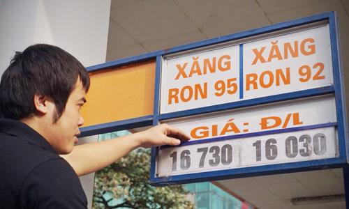 nhan vien cay xang tren pho nguyen luong bang (ha noi) dieu chinh banggia luc 15h chieu nay. anh:giang huy