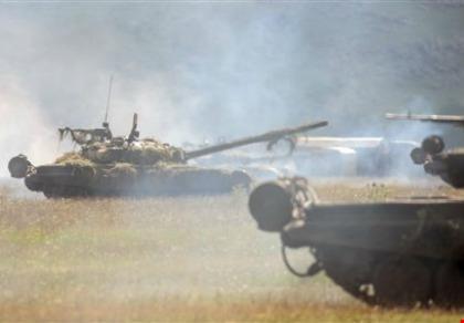 xe tang t-80 cua nga trong mot cuoc tap tran o armenia. anh: ap