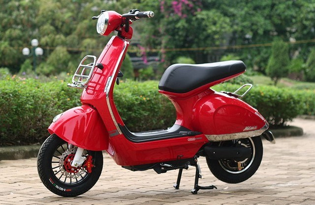 xe dien trung quoc co hinh dang giong voi xe vespa.