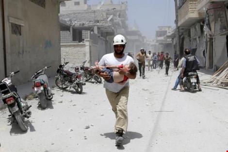 mot em be bi thuong vi xung dot o tinh idlib (syria) ngay 2-6 duoc dua di cap cuu. (anh: reuters)